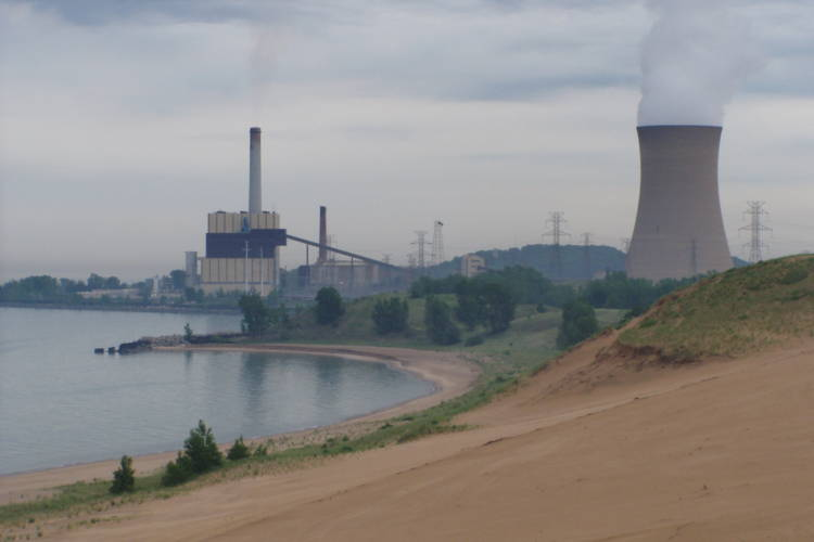 NIPSCO plans to shutter its Michigan City coal plant, seen here, as well as its Schahfer plant. (Chris Light/Wikimedia Commons)