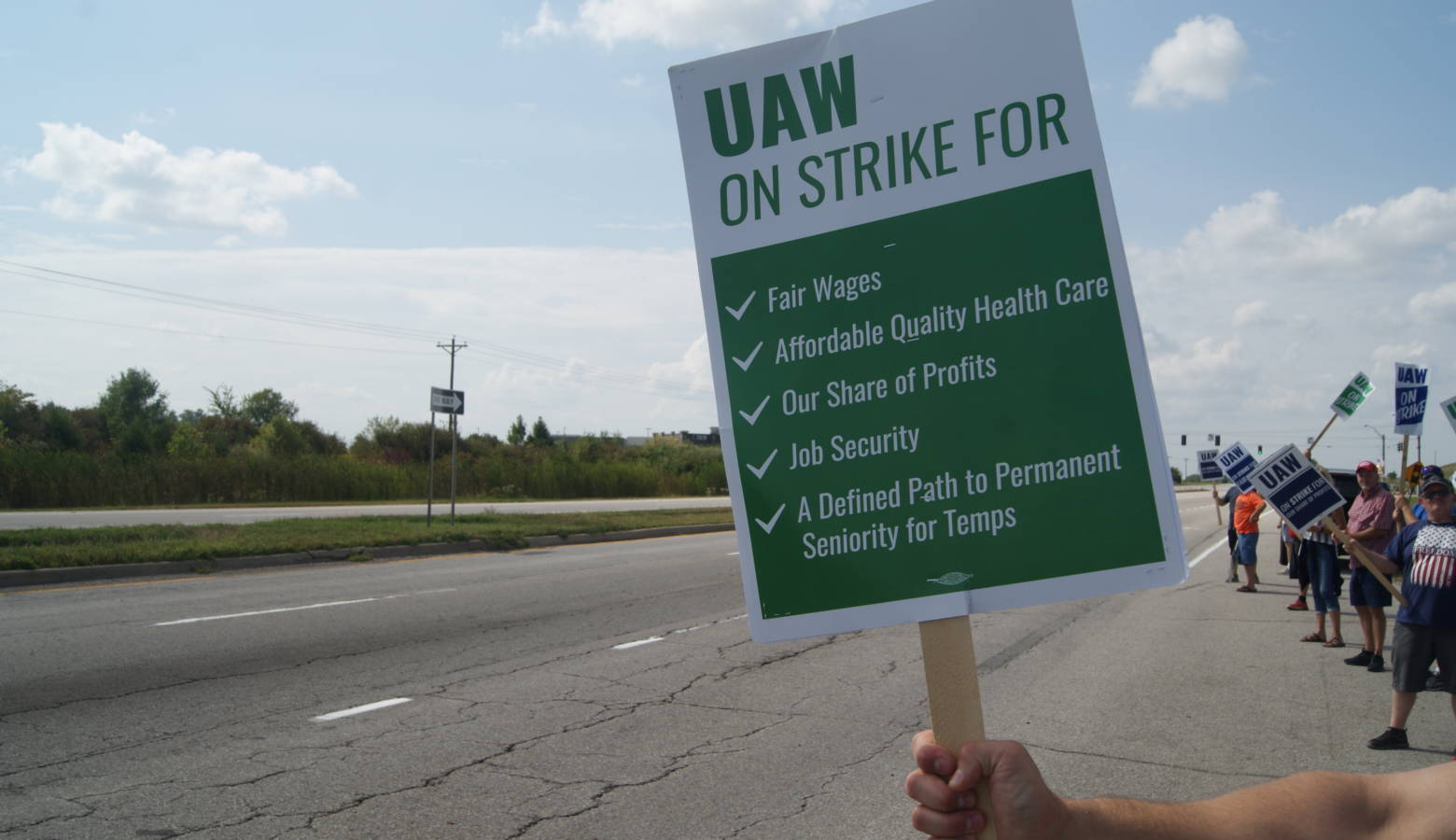 UAW Local 2209 members and supporters picket outside General Motors Fort Wayne Assembly plant. (Samantha Horton/IPB News)