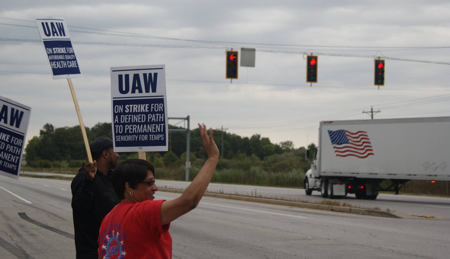 United Automobile Workers Local Union 2209 members picket outside General Motors Fort Wayne Assembly gates Friday afternoon. (Samantha Horton/IPB News)