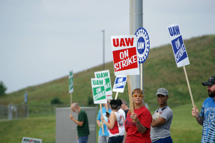 UAW workers picket in front of GM's Fort Wayne Assembly plant. (Samantha Horton/IPB News)