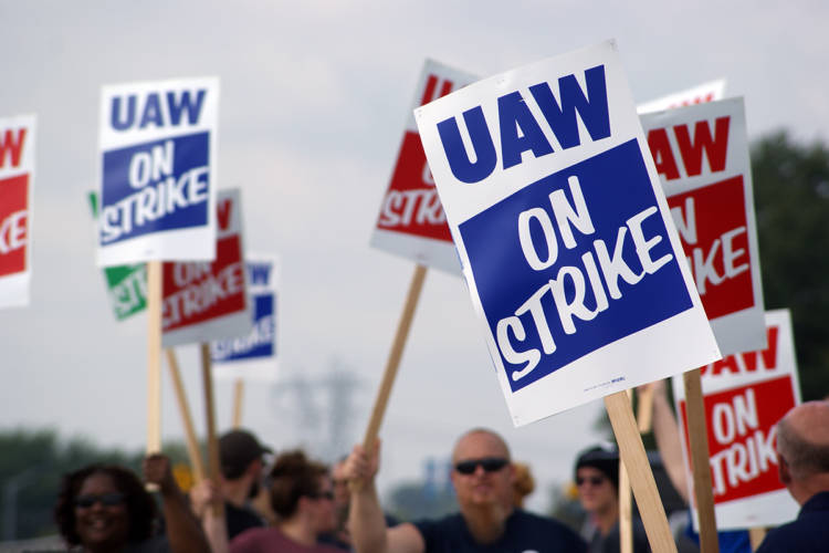 UAW members at GM's Fort Wayne Assembly plant picket during the first day of the strike. (Samantha Horton/IPB News)