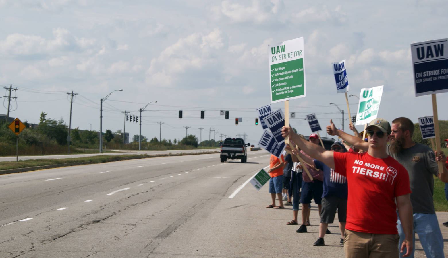 UAW members picket outside the General Motor's Fort Wayne Assembly on Sept. 21. (Samantha Horton/IPB News)
