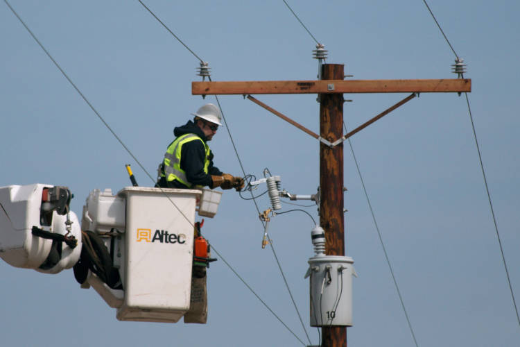 An electrician working on a power line. (Dori/Wikimedia Commons)