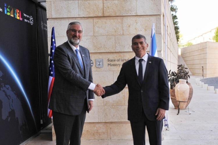 Gov. Eric Holcomb, left, meets with Israeli Minister of Foreign Affairs Gabi Ashkenazi. (Twitter.com/Gabi_Ashkenazi)